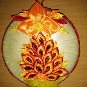 Sárga ajtódísz, Otthon & Lakás, Dekoráció, Ajtódísz & Kopogtató, Patchwork, foltvarrás, Ajtódísz, sárga alapon piros virágkompozíció, körben zsinór díszítéssel, tollal vagy csipkével díszí..., Meska