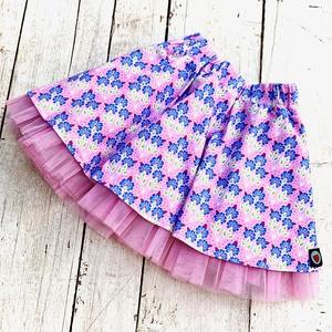 pörgős szoknya, rózsaszín alapon apró kék virágokkal, Táska, Divat & Szépség, Ruha, divat, Gyerekruha, Gyerek (1-10 év), Varrás, Igazi pörgős szoknya, gumis derékkal, alsószoknyával és tüllel megbolondítva, igazi kislány álom.\n\n ..., Meska