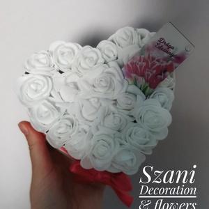 Örök dísz anyák napjára, Otthon & Lakás, Dekoráció, Csokor & Virágdísz, Mindenmás, Eladó szív formájú anyák napi dísz, 15 cm átmérőjű dobozban polifoam virágokkal. Kérésre a szalagot ..., Meska
