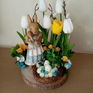 Húsvéti virágos kert, Otthon & Lakás, Dekoráció, Asztaldísz, Virágkötés, Mindenmás, 23cm széles, 25cm magas húsvéti asztaldísz gyermekét ölelő nyuszi mamával. , Meska
