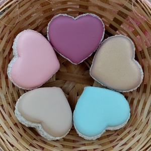 Kerámia szív macaron, Otthon & Lakás, Dekoráció, Dísztárgy, Kerámia, Festett tárgyak, Kerámiaporból öntött, kézzel festett szív formájú macaron. 5,5x4,5x2,5cm.\nRemek dekorációs alapanyag..., Meska