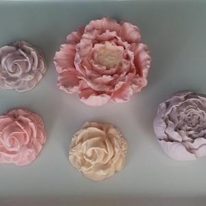 Kerámia virágok, Otthon & Lakás, Dekoráció, Dísztárgy, Kerámia, Festett tárgyak, Kerámiaporból öntött, kézzel festett virágok. A csomag 5db virágot tartalmaz:1db 6x6x2cm;1 db 4x4x3c..., Meska