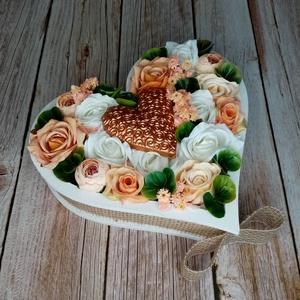 Szív a szívben virágbox, Otthon & Lakás, Dekoráció, Asztaldísz, Virágkötés, Mindenmás, 25cm széles, 6cm magas szív alakú, fehér fa dobozban készült dekoráció minőségi selyemvirágokkal bar..., Meska
