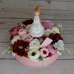 Édeske asztaldísz kerámia tálban, Otthon & Lakás, Dekoráció, Asztaldísz, Virágkötés, Mindenmás, 18cm magas, 20cm széles asztaldísz rózsaszín, bordó és fehér virágokkal, sütiszoknyás figurával, saj..., Meska