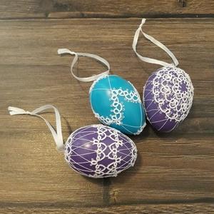 Hajócsipke tojáson., Otthon & lakás, Dekoráció, Ünnepi dekoráció, Húsvéti díszek, Csipkekészítés, Színes tojásokon lévő hajócsipkék.\nMegjegyzésben válassz színt és mintát (a csatolt képeken megtalál..., Meska