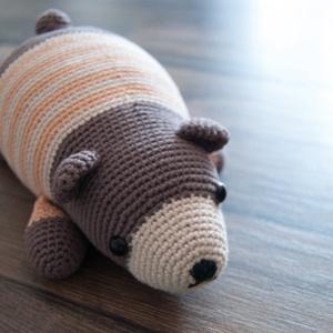 Alvó mackó, Játék & Gyerek, Horgolás, Amigurumi technikával készült kedves mackó csíkos pulcsiban. Színben variálható., Meska