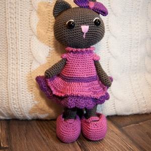 Félénk lila ruhás cicalány, Játék & Gyerek, Baba & babaház, Horgolás, Lila ruhácskájában, masnival a fülecskéjén keresi gazdiját a képen látható félénk cicalány. Lehet, h..., Meska