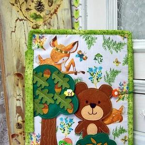 4 oldalas erdős könyv - csendeskönyv, Játék & Gyerek, Textilkönyv & Babakönyv, Varrás, Horgolás, Kedvenc témámról szól ez a textilkönyv , az erdőről . Gombolható gombák  és a hátlapon fenyőfák vann..., Meska