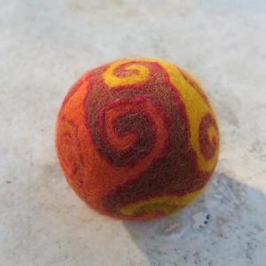 magiae prima aestate dumplings / első nyári varázsgombóc/, Művészet, Textil, Nemezelt, Nemezelés, Birkagyapjúból nemezeléssel készült labda. Alapanyaga: kézművesek ellátására szakosodott  nyersanyag..., Meska