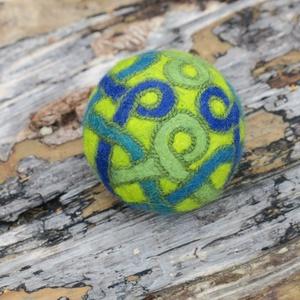 serpentipedi /szerpentin, Művészet, Textil, Nemezelt, Nemezelés, Birkagyapjúból nemezeléssel készült labda. Alapanyaga: kézművesek ellátására szakosodott nyersanyagb..., Meska