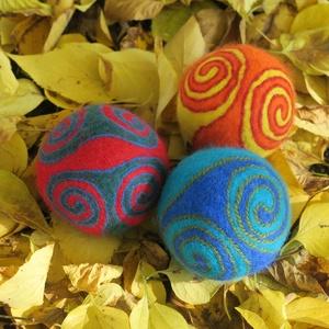 triplex /három zsonglőr, Művészet, Textil, Nemezelt, Nemezelés, Birkagyapjúból nemezeléssel készült labdák. Alapanyaguk: kézművesek ellátására szakosodott nyersanya..., Meska