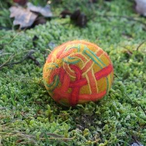 veneficus, Művészet, Textil, Nemezelt, Nemezelés, Birkagyapjúból nemezeléssel készült labda. Alapanyaga: kézművesek ellátására szakosodott nyersanyagb..., Meska