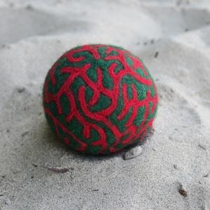 Karácsony, Művészet, Textil, Nemezelt, Nemezelés, Birkagyapjúból nemezeléssel készült labda. Alapanyaga: kézművesek ellátására szakosodott nyersanyagb..., Meska
