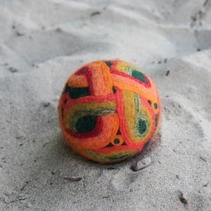 Bizánc almája, Művészet, Textil, Nemezelt, Nemezelés, Birkagyapjúból nemezeléssel készült labda. Alapanyaga: kézművesek ellátására szakosodott nyersanyagb..., Meska