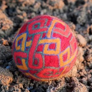 Azték, Művészet, Textil, Nemezelt, Nemezelés, Birkagyapjúból nemezeléssel készült labda. Alapanyaga: kézművesek ellátására szakosodott nyersanyagb..., Meska