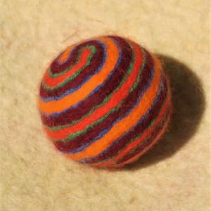 Krampusz, Művészet, Textil, Nemezelt, Nemezelés, Birkagyapjúból nemezeléssel készült labda. Alapanyaga: kézművesek ellátására szakosodott nyersanyagb..., Meska