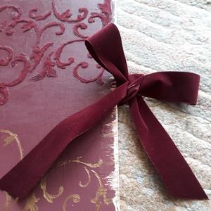 Esküvői vendégkönyv- bíborban bársonyban, Vendégkönyv, Emlék & Ajándék, Esküvő, Mindenmás, Festett tárgyak, Régies hatású, letűnt korok fényűző anyagát, a bársonyt idéző textúrát készítettem az album borítójá..., Meska