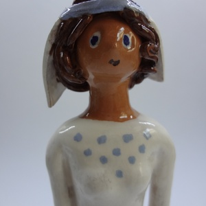 Lányka kék-fehérben, Kerámia, Szobor, Művészet, Kerámia, A 27 cm magas figura fejdíszének, keszkenőjének motívumai a ruháján ismétlődnek., Meska