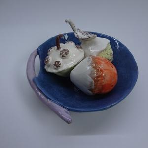 """Kerámia termések 3. -fehér kalapos, gurulós trió, Dísztárgy, Dekoráció, Otthon & Lakás, Kerámia, A kék tálban három 6-8 cm-es fehér tetejű \""""termés\"""" bújik össze. A tál lap-, a termések marokedény-te..., Meska"""