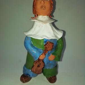 Zenebohóc, Kerámia, Szobor, Művészet, Kerámia, A kék-zöld ruhás bohóc gitárjával a kezében megszeppenve várja a tapsot. És várja, és várja...\nA kis..., Meska