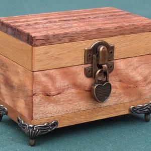 Persely 5, Persely, Dekoráció, Otthon & Lakás, Famegmunkálás, Kincsesládika, több fajta trópusi fából készült persely. Mérete: 7 x 12 x 9 cm. Zárható, szív alakú ..., Meska