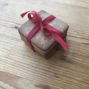 Mézeskalács ajándékdoboz, Díszdoboz, Dekoráció, Otthon & Lakás, Mézeskalácssütés, Mézeskalácsból készült doboz, melybe a karácsonyhoz illő módon, stílusosan rejtheted el a meglepetés..., Meska
