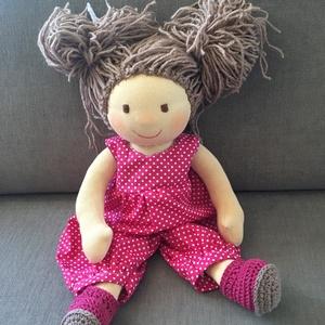 Waldorf baba, Játék & Gyerek, Baba & babaház, Baba, Baba-és bábkészítés, Varrás, 38 cm gyapjűval töltött baba. Haja le bontható egyenként rögzítve van egy haj alapra fésülhető nagy ..., Meska