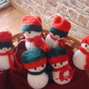 Horgolt kis hóemberek dekoráció ,karácsonyfadísz - Meska.hu