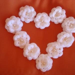 Horgolt színes és fehér  virág dekoráció , Helyszíni dekor, Dekoráció, Esküvő, Horgolás, Fehér vagy színes horgolt virág dekoráció tovább díszítésre, alkalmakra.\nRuhára,sapira is felvarrhat..., Meska
