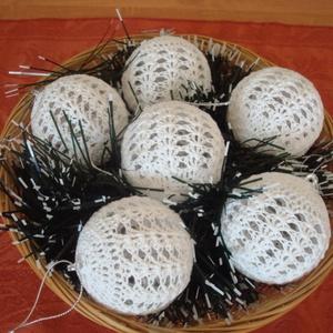 Horgolt karácsonyi gömbök (6 cm), Otthon & Lakás, Dekoráció, Horgolás, Saját tervezésű,fehér színű pamut fonallal behorgolt gömböt készítettem amit az ünnepi dekorációhoz ..., Meska