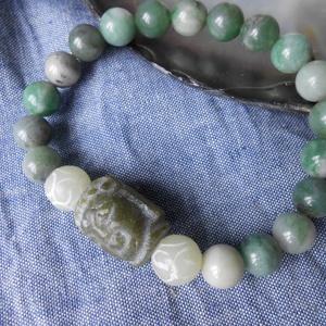 Zöld jáde Buddha fejes karkötő, Bogyós karkötő, Karkötő, Ékszer, Ékszerkészítés, Kozmetikum készítés, Vésett jáde Buddha fej, és jáde golyók alkotják a rugalmas karkötőt. 16-17 cm-s csuklóra kényelmes...., Meska