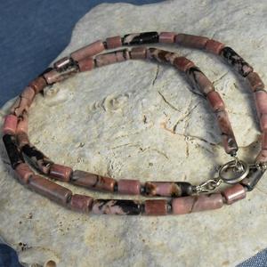 Rodonit hengeres nyaklánc, Ékszer, Nyaklánc, Medál nélküli nyaklánc, Ékszerkészítés, Feketével erezett rózsaszín rodonit hengerekből fűztem a nyakláncot, melyek felváltva 10 és 15 mm-se..., Meska