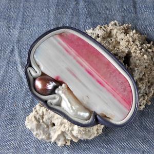Lila bőrbe foglalt ásvány kitűző , Kitűző, Kitűző és Bross, Ékszer, Ékszerkészítés, Bőrművesség, Magenta csíkos achát szelet, bordó édesvízi, és amorf biwa gyöngy, birkabőrbe foglalva.\nKézzel vékon..., Meska