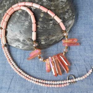 Aura kvarc-korall hosszú nyaklánc, Ékszer, Nyaklánc, Bogyós nyaklánc, Ékszerkészítés, Hosszú, rózsaszínes korall nyaklánc közepére narancsos-rózsaszínes aurakvarc csúcsokat fűztem, bronz..., Meska
