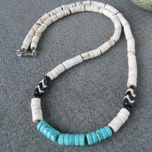 """Fehér- türkiz \""""szörfös\"""" uniszex nyaklánc, Ékszer, Nyaklánc, Medál nélküli nyaklánc, Ékszerkészítés, Natúr fehér és türkizkék magnezit szeletkékből, és cikk-cakk mintás batikolt csontból készítettem ez..., Meska"""