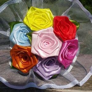 7 szálas tavaszi selyem rózsacsokor, Dekoráció, Otthon & lakás, Lakberendezés, Csokor, Mindenmás, Virágkötés, A csokor 25mm széles, vegyes színű szatén szalagból készült rózsafejekből áll, amik átlag 40mm átmér..., Meska