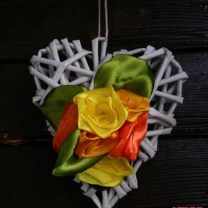 Szív alakú ajtódísz selyem rózsával, Otthon & lakás, Mindenmás, Virágkötés, Papírból készült szív alakú ajtódísz..\n\nMérete: kb.11x11cm\n\na rózsákat a Tőlem megszokott módon sely..., Meska