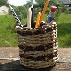 Papír fonott ceruzataró..2féle barna színnel, Dekoráció, Otthon & lakás, Lakberendezés, Tárolóeszköz, Fonás (csuhé, gyékény, stb.), Mindenmás, A képen látható ceruzatartó papírból készült..\n\nEnyhén vízálló, mivel lakkozva van..kívül-belül..\n\n ..., Meska