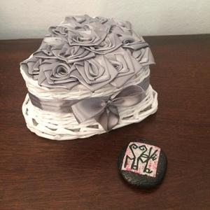 SzeviMaMa rózsabox ezüst, Dekoráció, Otthon & lakás, Esküvő, Lakberendezés, Szerelmeseknek, Ünnepi dekoráció, Fonás (csuhé, gyékény, stb.), Újrahasznosított alapanyagból készült termékek, A képen látható rózsabox átlag 14-16 rózsafejből áll, ami selyem szalagból készül..\nMaga a box, papí..., Meska