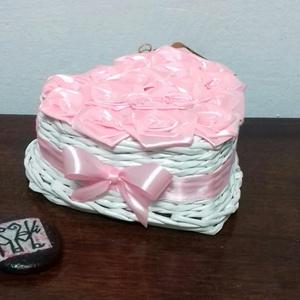 SzeviMaMa rózsabox 1, Dekoráció, Otthon & lakás, Esküvő, Fonás (csuhé, gyékény, stb.), Újrahasznosított alapanyagból készült termékek, A képen látható rózsabox átlag 14-16 rózsafejből áll, ami selyem szalagból készül..\nMaga a box, papí..., Meska