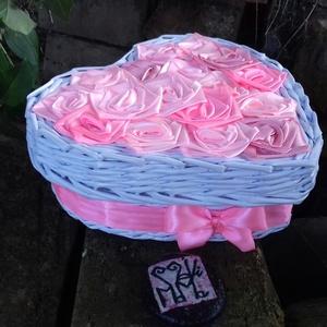 FEDBOX..rózsás fedeles  szív alakú doboz, Otthon & lakás, Fonás (csuhé, gyékény, stb.), Újrahasznosított alapanyagból készült termékek, 2:1 termék, a fedeles doboz és a rózsabox keresztezéséből jött létre :)\n\na doboz alapanyaga papír, a..., Meska