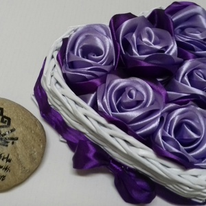 SzeviMaMa rózsabox 2, Otthon & lakás, Fonás (csuhé, gyékény, stb.), Újrahasznosított alapanyagból készült termékek, A képen látható rózsabox átlag 7-9 rózsafejből áll, ami selyem szalagból készül..\nMaga a box, papír,..., Meska