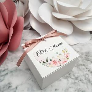 Névre szóló Köszönetajándék dobozka, Esküvő, Meghívó, ültetőkártya, köszönőajándék, Esküvői dekoráció, Papírművészet, 7x7x5 cm-es méretű, egyszerű kartondobozka, szaténszalaggal rögzített, névre szóló mintás korong ala..., Meska