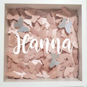 Pillangós virágkeret, dekorkeret, gyerekszoba dekoráció, babaváró ajándék, papírvirág box, Játék & Gyerek, Babalátogató ajándékcsomag, Papírművészet, 25x25 képkeret pillangókkal kirakva, 3 db szivárványos glitterpillangóval. A keret közepén feliratoz..., Meska