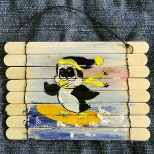 """Szörföző pingvin, Otthon & lakás, Dekoráció, Kép, Ünnepi dekoráció, Karácsony, Karácsonyi dekoráció, Festészet, Festett tárgyak, Valaki télen is bírja a tengert! A kicsi pingvin szörfözik.\nÖsszefűzött fa spatulákból készült \""""hint..., Meska"""
