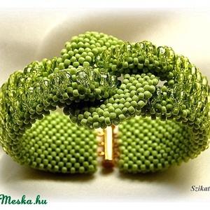 Bársonyos zöld gyöngyfűzött karkötő (szikati) - Meska.hu