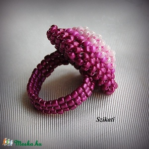 Fukszia gyöngyfűzött koktélgyűrű (szikati) - Meska.hu