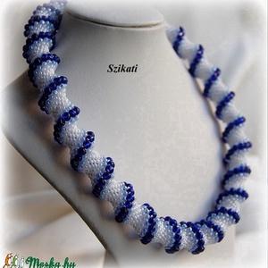 Kék - fehér gyöngyfűzött nyakék  (szikati) - Meska.hu