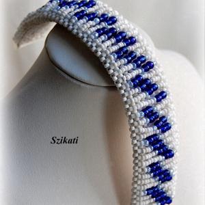 Kék/fehér gyöngyfűzött karkötő (szikati) - Meska.hu