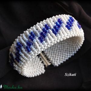 Kék - fehér gyöngyfűzött karkötő (szikati) - Meska.hu